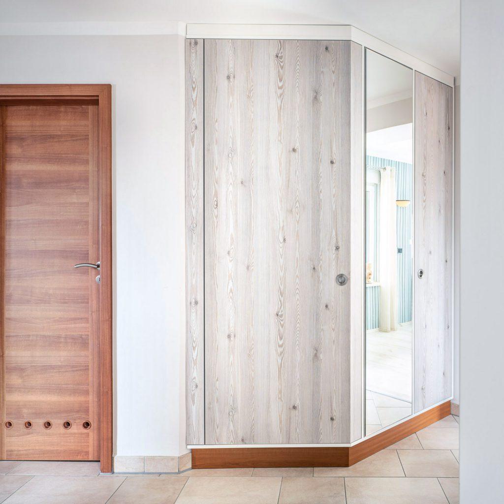 Garderobenschrank an den Raum angepasst