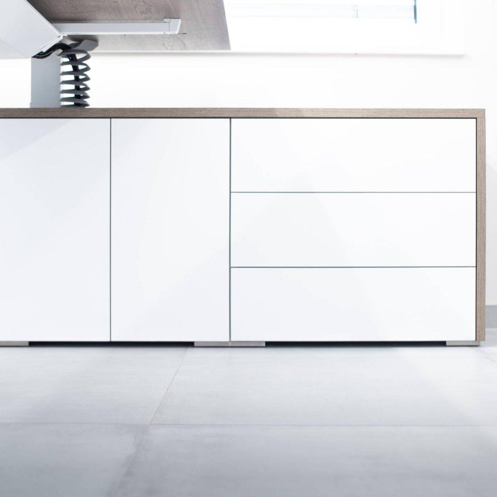 Der höhenverstellbare Schreibtisch wurde in das Sideboard integriert