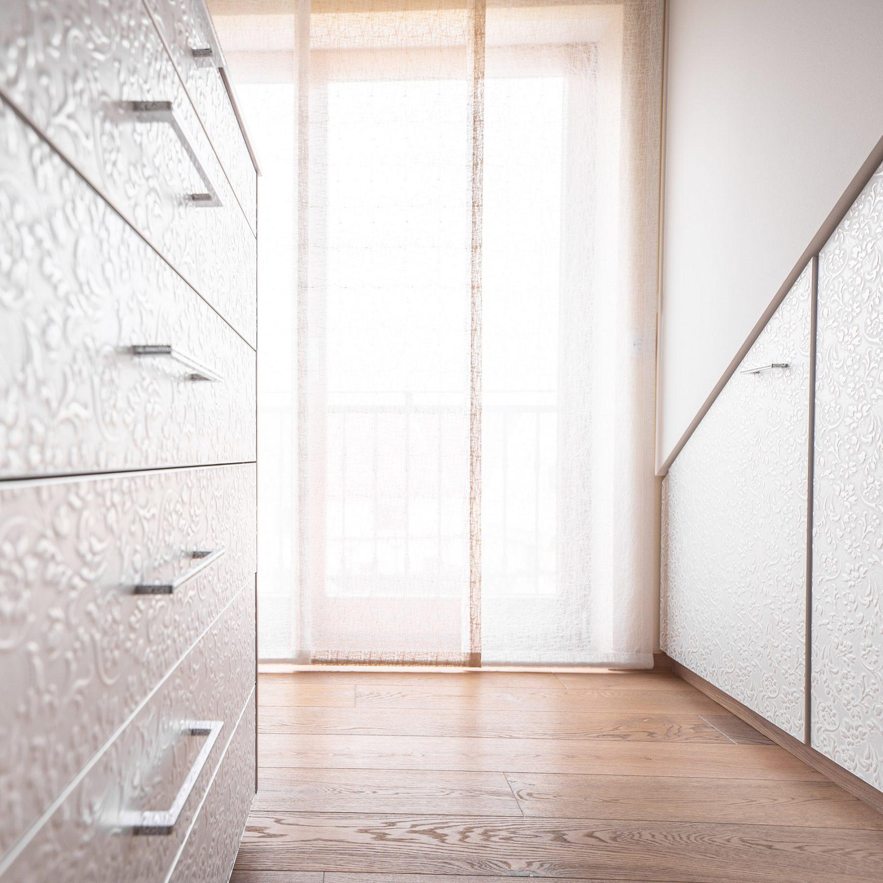 Ankleidezimmer Möbel im Dachschrägenbereich mit 3D Dekor