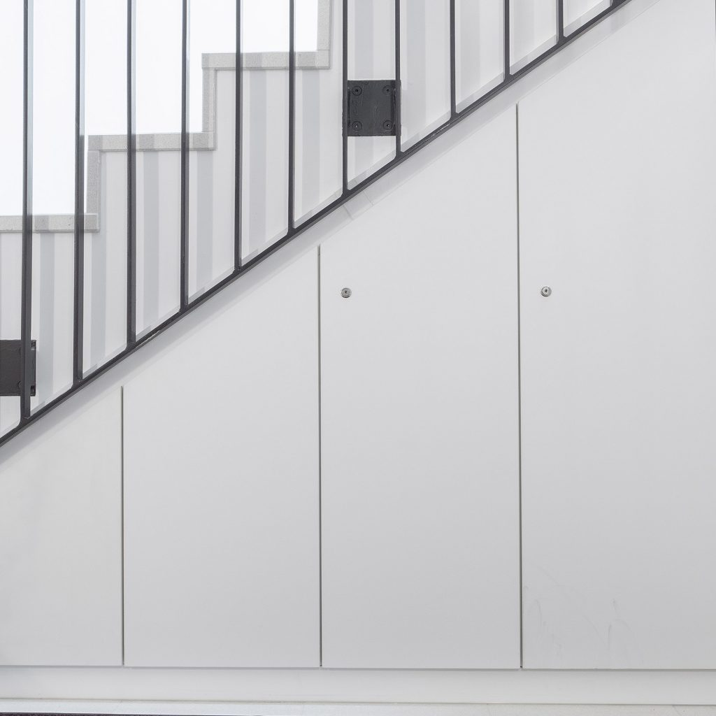individueller Schrank unter dem Treppenaufgang eingepasst