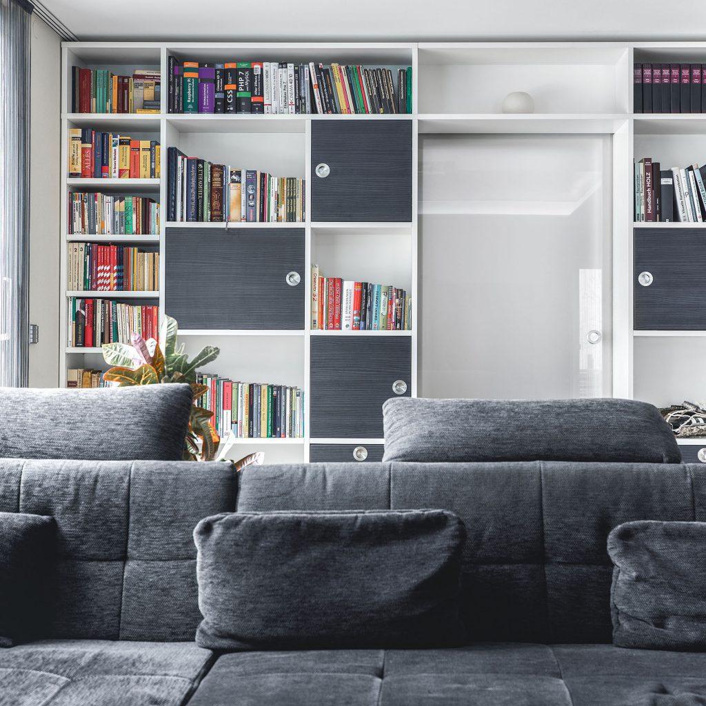 Wohnzimmer Möbel individuelles Regal um die Tür gebaut
