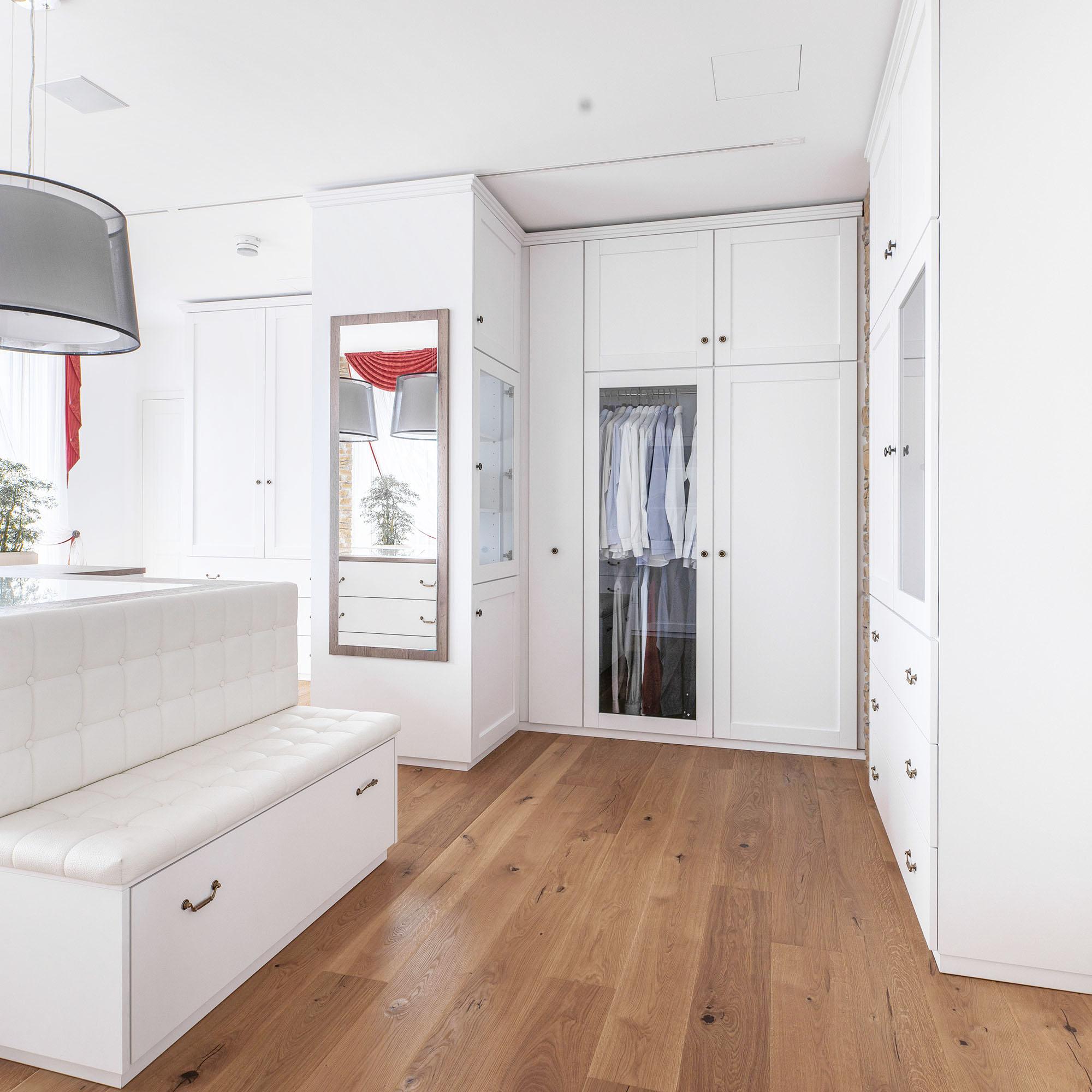 Ankleidezimmer Möbel individuell an den Raum angepasst